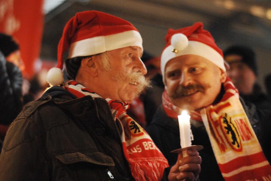 Zwei Unioner beim Weihnachtssingen 2010 im Stadion an der Alten Försterei, Foto: Stefanie Fiebrig
