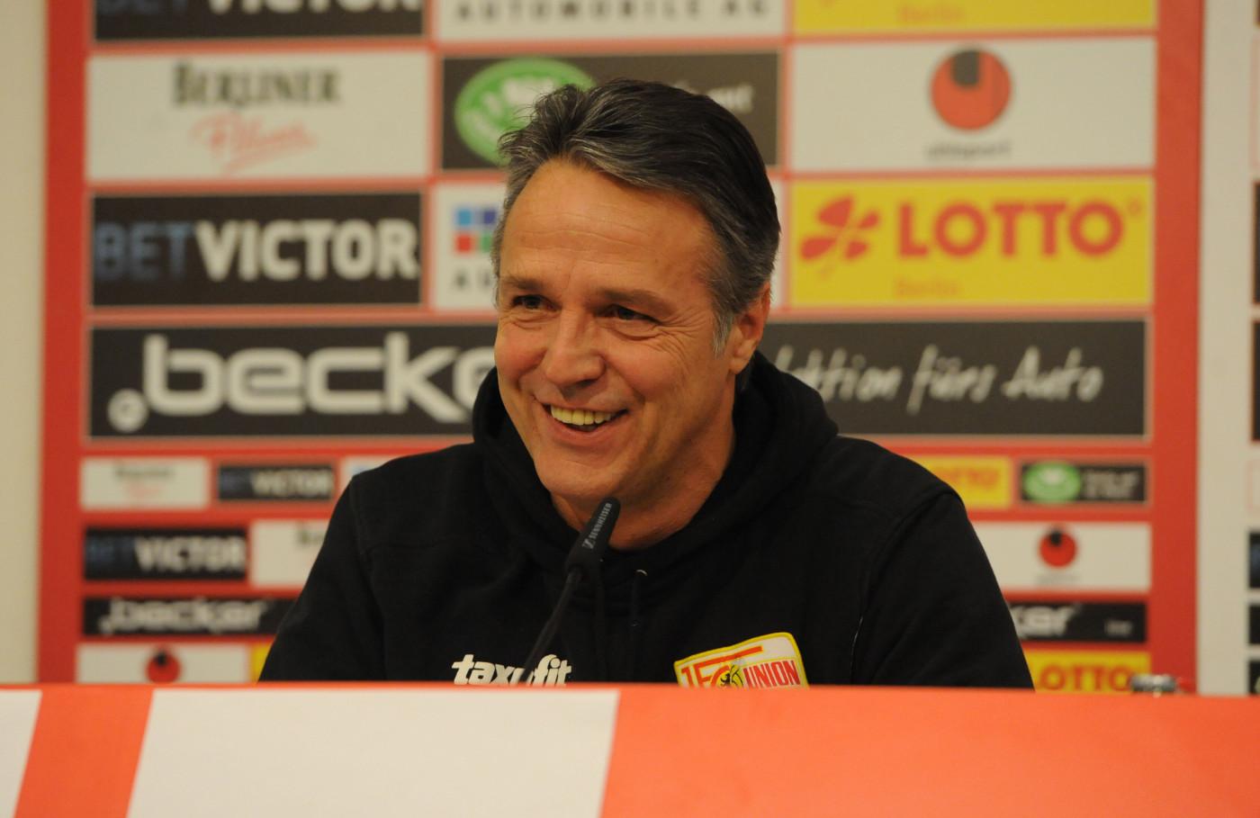 Uwe Neuhaus auf der Pressekonferenz vor dem Heimspiel gegen Bielefeld (19.12.2013; Foto: Koch)