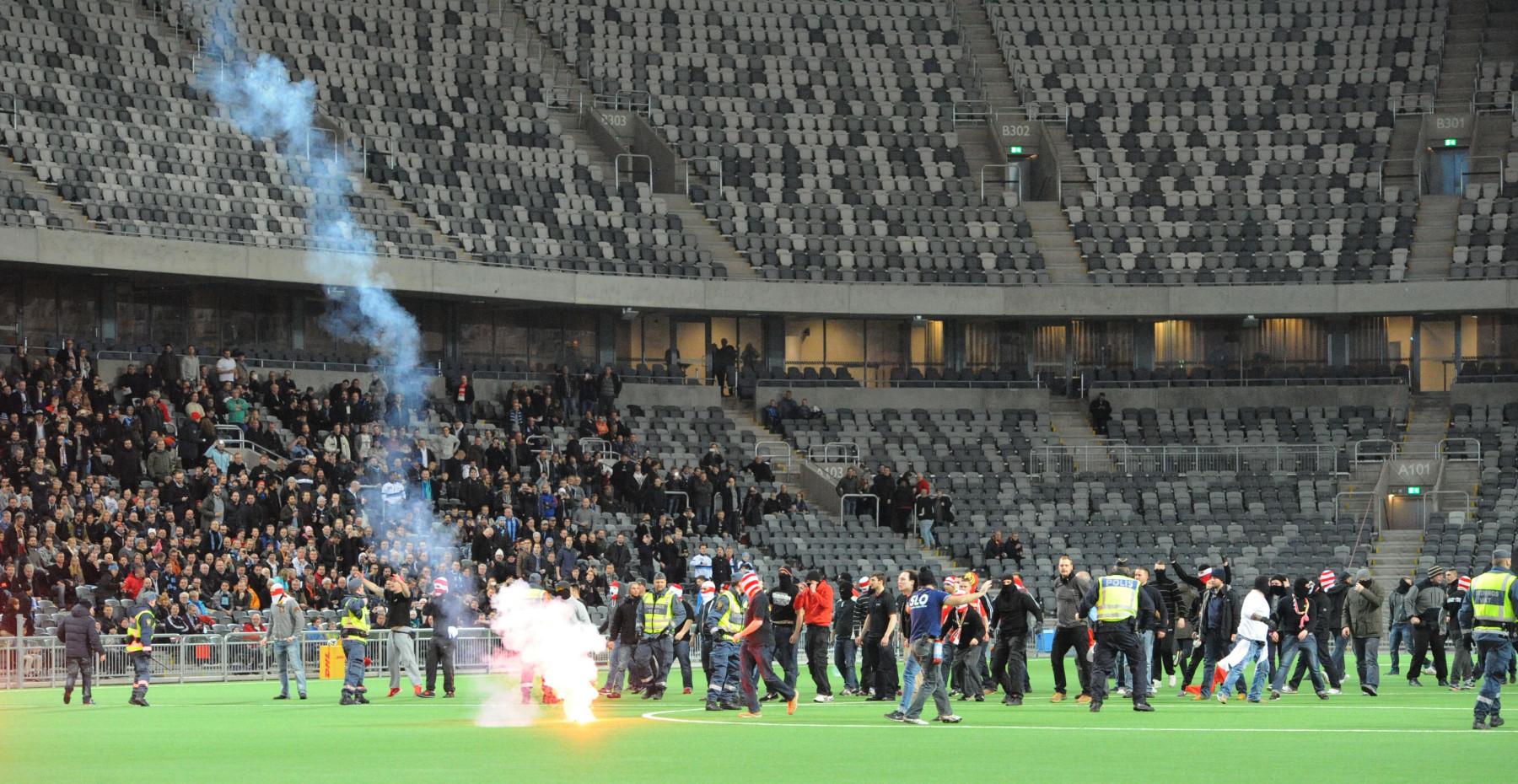 Vor Anpfiff in Stockholm drangen Union-Anhänger bis zur Mittellinie des Spielfeldes vor.