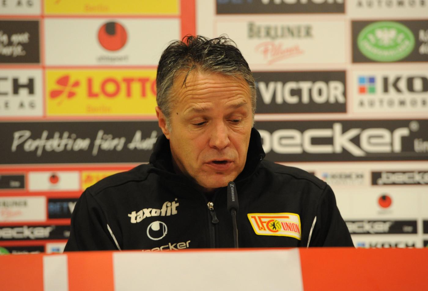 Uwe Neuhaus nach dem Spiel gegen Aalen enttäuscht (29.11.2013; Foto: Koch)
