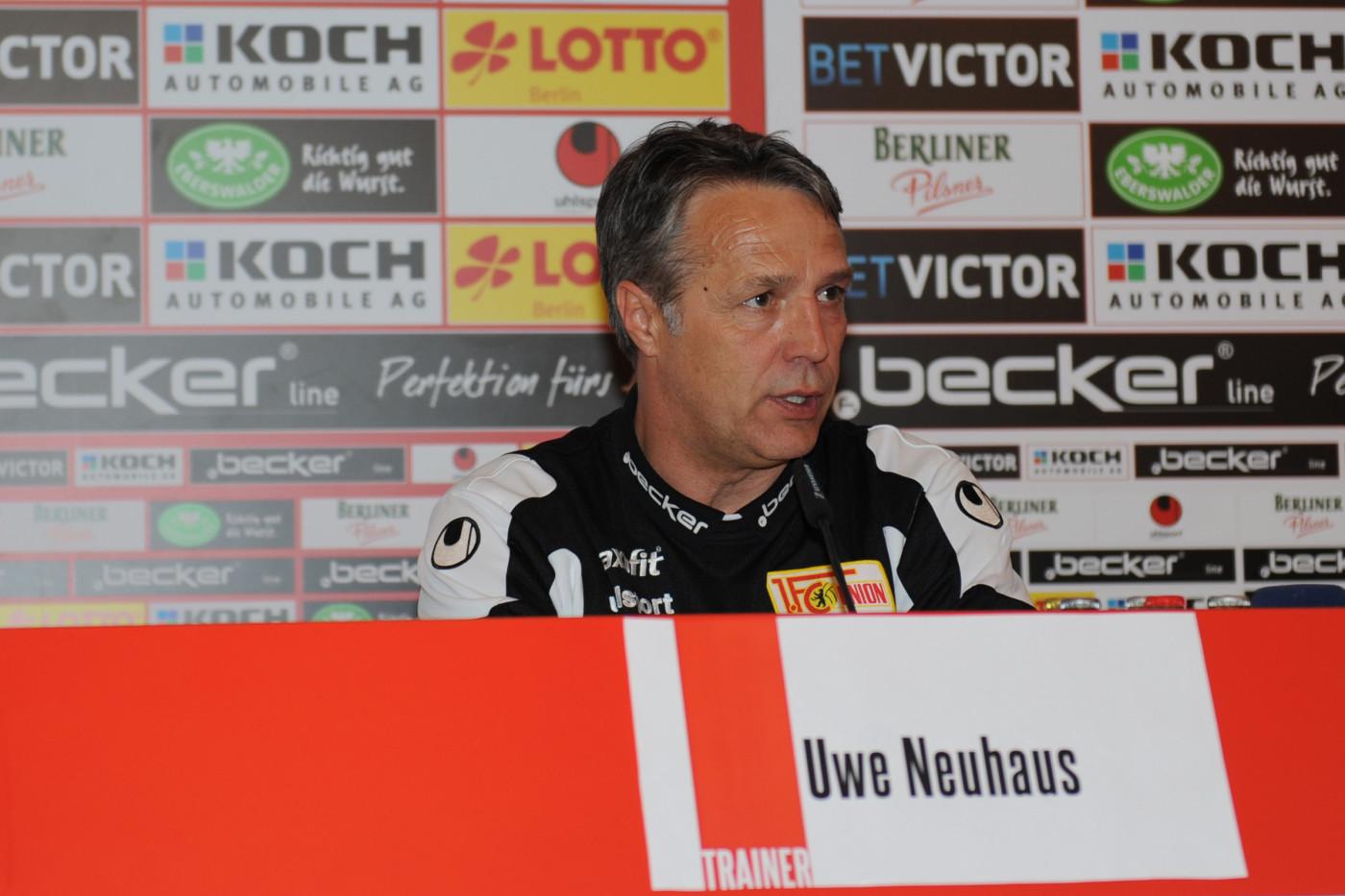 Uwe Neuhaus auf der Pressekonferenz nach dem Spiel gegen Cottbus (31.03.2014; Foto: Koch)