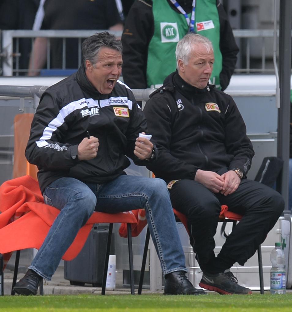 Uwe Neuhaus beim 2:3 in Karlsruhe. Rechts: Co-Trainer André Hofschneider