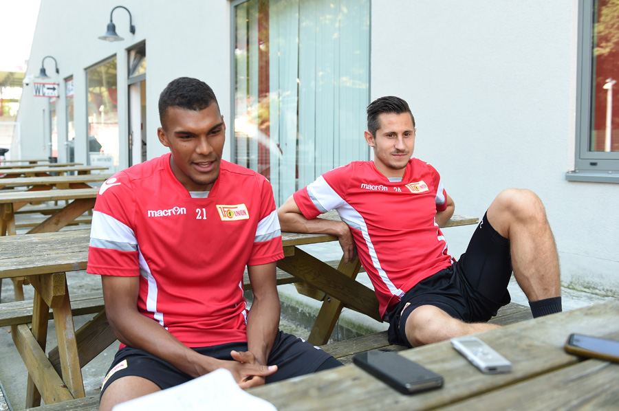 Fussball, Herren, Saison 2016/17, 2. Bundesliga, 1. FC Union Berlin, Training, v. l. Collin Quaner (1. FC Union Berlin), Steven Skrzybski (Union) im Interview, 11.09. 2016, Foto: Matthias Koch