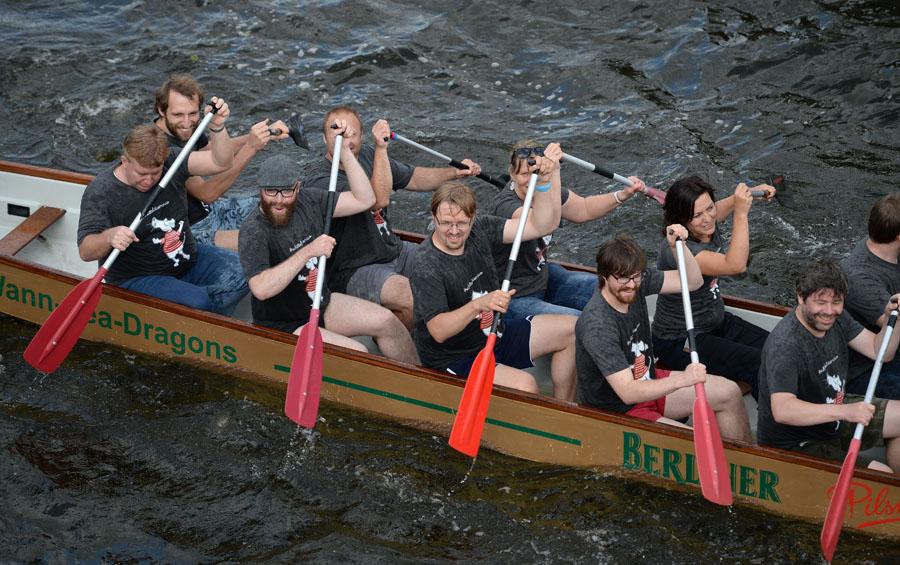 Nass und glücklich: Das Textilvergehen-Boot beim Drachenbootrennen, Foto: Matze Koch