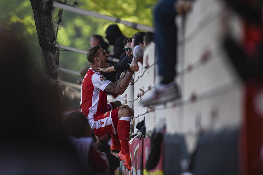 Sebastian Polter bejubelt sein zweites Tor gegen Magdeburg am Zaun, Foto: Stefanie Fiebrig