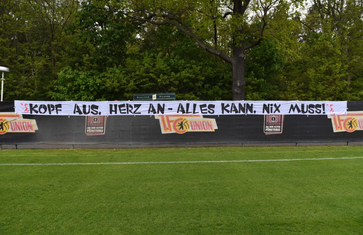 """Das Banner """"Kopf aus, Herz an - Alles kann. Nix muss!"""" am 9. Mai 2019, Foto: Matze Koch"""
