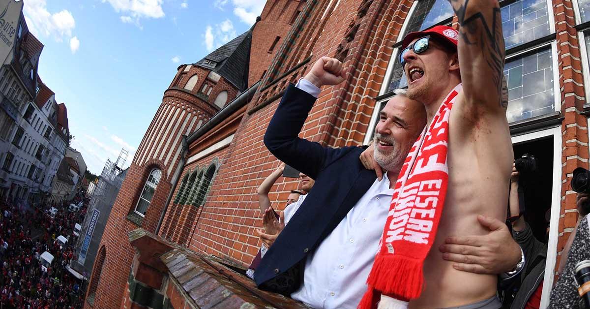 Dirk Zingler (Präsident des 1. FC Union Berlin) und Sebastian Polter feiern den Aufstieg in die Bundesliga