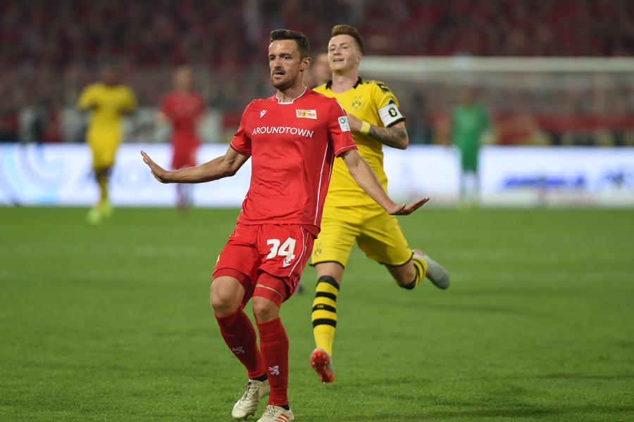 Christian Gentner lässt sich nicht von Marco Reus beeindrucken, Foto: Stefanie Fiebrig