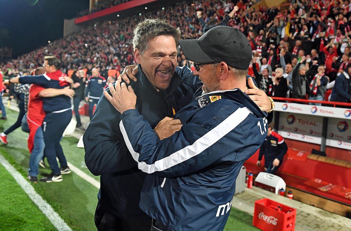 Manger Oliver Ruhnert und Trainer Urs Fischer (beide 1. FC Union Berlin) jubeln über den Aufstieg in die Bundesliga