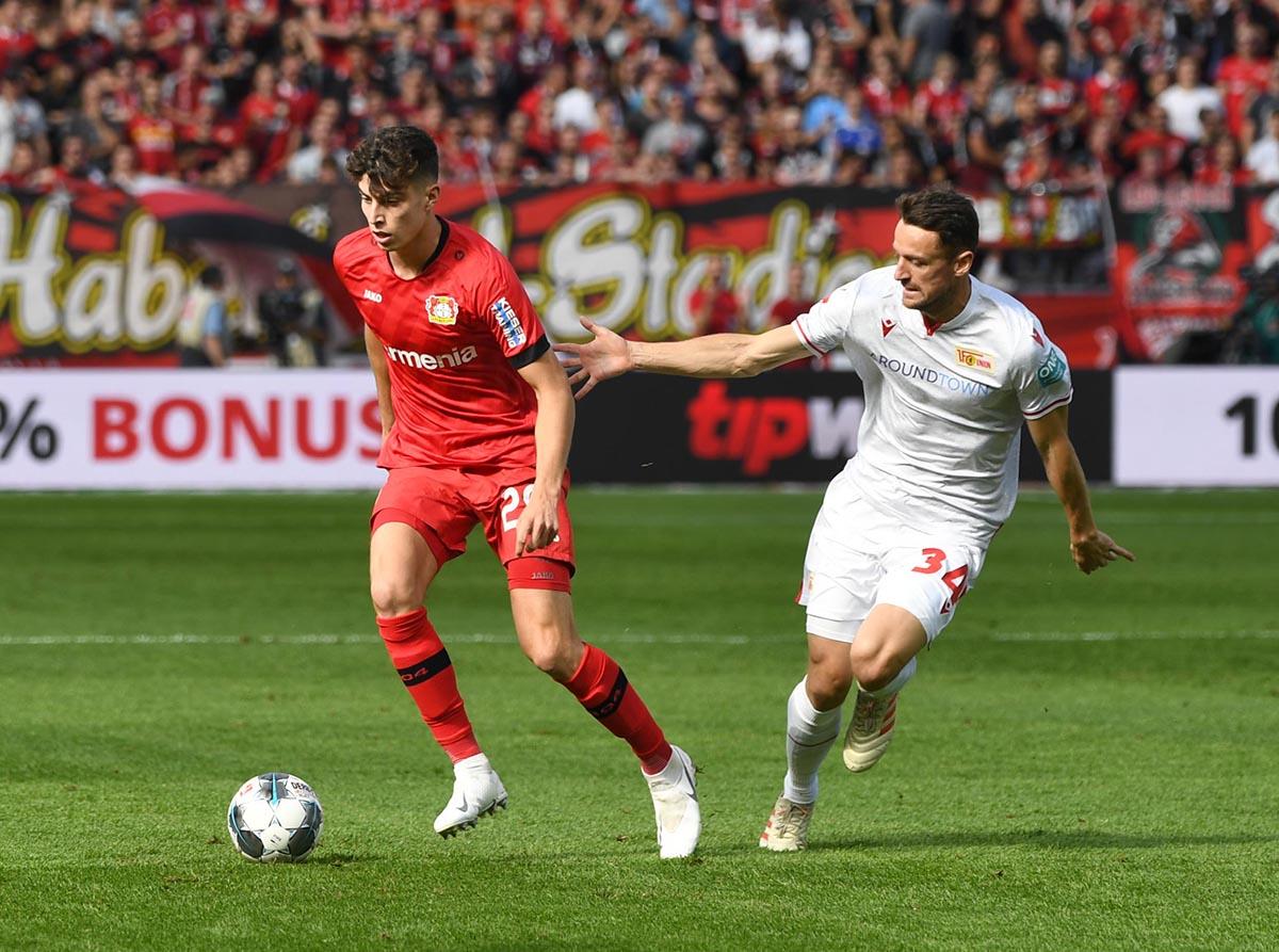 Kai Havertz von Bayer 04 Leverkusen und Christian Gentner vom 1. FC Union Berlin imm Duell
