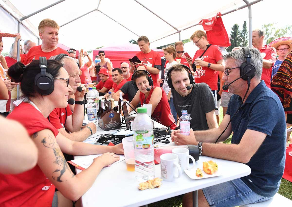 Beim Drachenbootrennen nahm Trainer Urs Fischer (1. FC Union Berlin) spontan am Podcast des Union-Blogs Textilvergehen teil