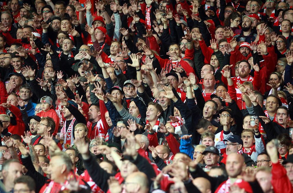 Stehplatzränge im Stadion an der Alten Försterei beim Heimspiel des 1. FC Union Berlin gegen Eintracht Frankfurt