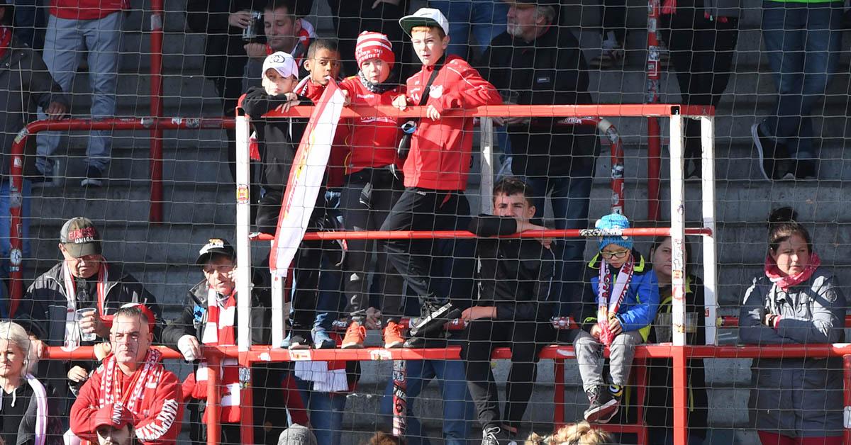 Die Capo-Plätze auf der Waldseite des 1. FC Union Berlin wurden beim Test gegen Dresden vom Nachwuchs benutzt, allerdings ohne Mikros