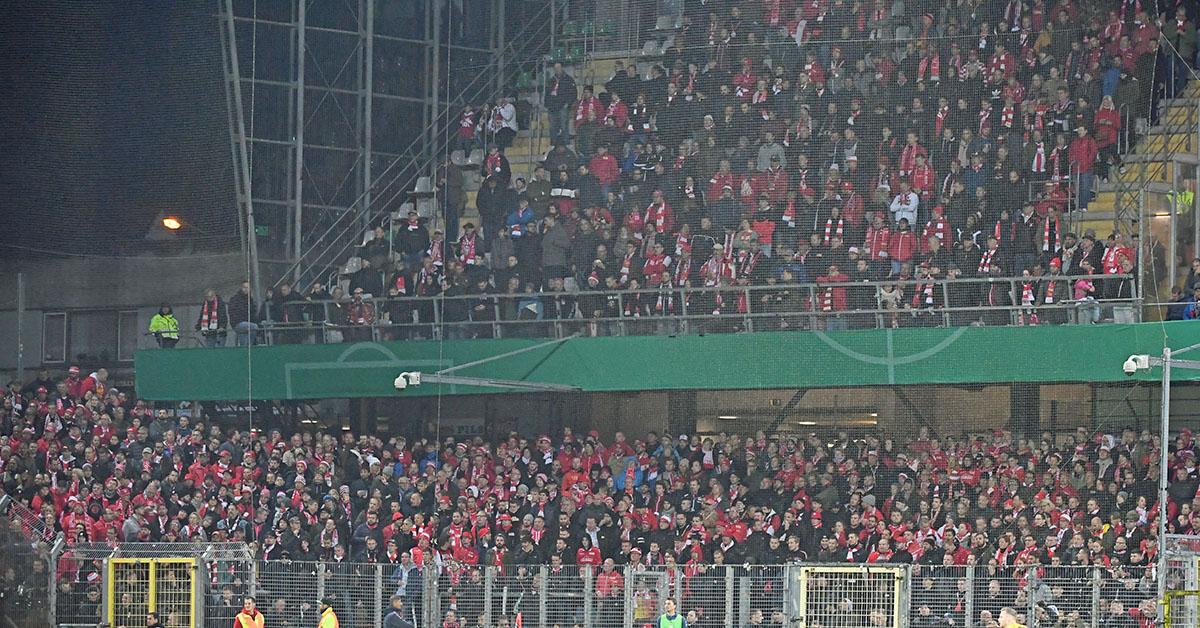Fans von Union stellten in der ersten Hälfte den Support ein und nahmen nach der Pause ihre Zaunfahnen ab
