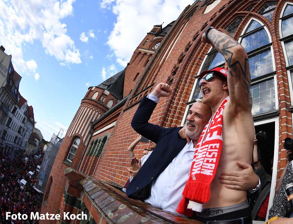 Union-Präsident Dirk Zingler und Sebastian Polter feiern den Aufstieg