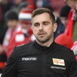 Co-Trainer Sebastian Bönig betritt den Platz