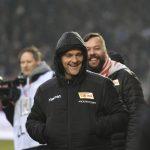 Geschäftsführer Profifußball Oliver Ruhnert lacht vor dem Spiel
