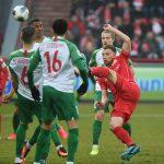 Marvin Friedrich schlägt den Ball hoch raus