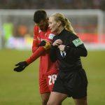 Schiedsrichterin Bibiana Steinhaus erklärt Kapitän Christopher Trimmel ihre Entscheidung