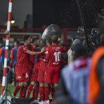 Die Mannschaft jubelt mit Marcus Ingvartsen nach seinem Tor zum 2:0 gegen Augsburg
