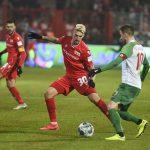 Robert Andrich verhindert den Pass von Daniel Baier (FC Augsburg)
