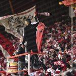 Capo Ali wedelt mit dem Schal