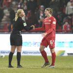 Julian Ryerson bedankt sich bei Schiedsrichterin Bibiana Steinhaus