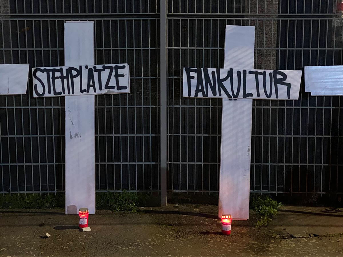 Die Kreuze vom Trauermarsch vor dem Gästeblock des früheren Leipziger Zentralstadions, Foto: Stefanie Fiebrig