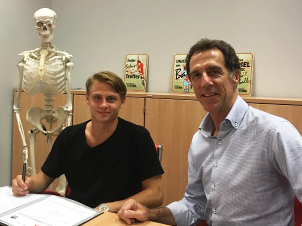 Helmut Schulte mit Skelett bei Vertragsunterschrift von Simon Hedlund 2016, Foto: 1. FC Union Berlin