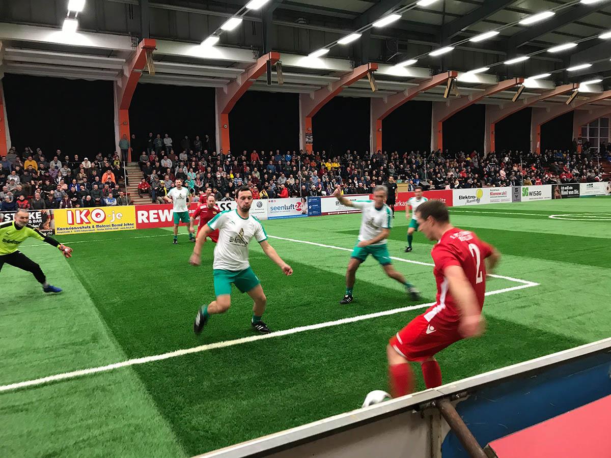 Dirk Kamin (Union) tritt den Ball in den gegnerischen Strafraum, wo Tomislav Piplica wartet, Foto: Daniel Roßbach