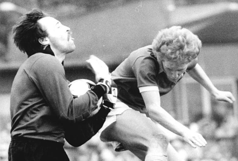 Matthias Sammer scheitert 1986 an Union-Torhüter Wolfgang Matthies beim 4:3 von Union im FDGB-Pokal gegen Dynamo Dresden.