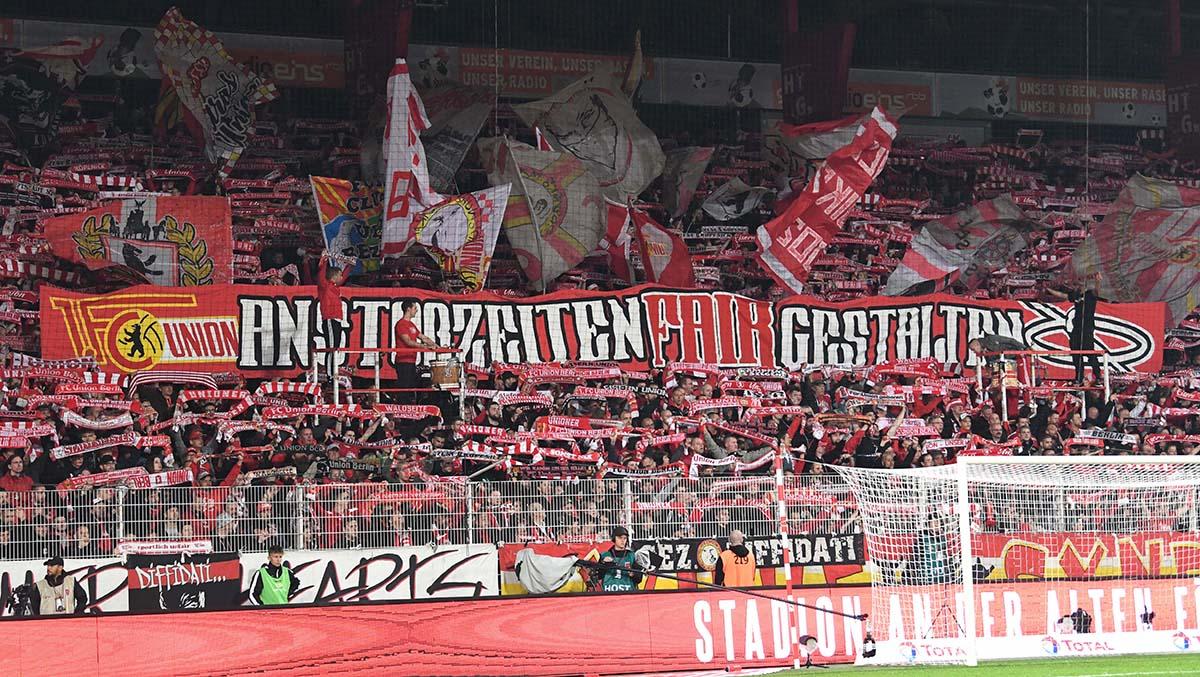 """Das Banner """"Anstoßzeiten fair gestalten"""" aus dem Hinrunden-Spiel gegen Frankfurt passt auch für das Montagsspiel, Foto: Matze Koch"""