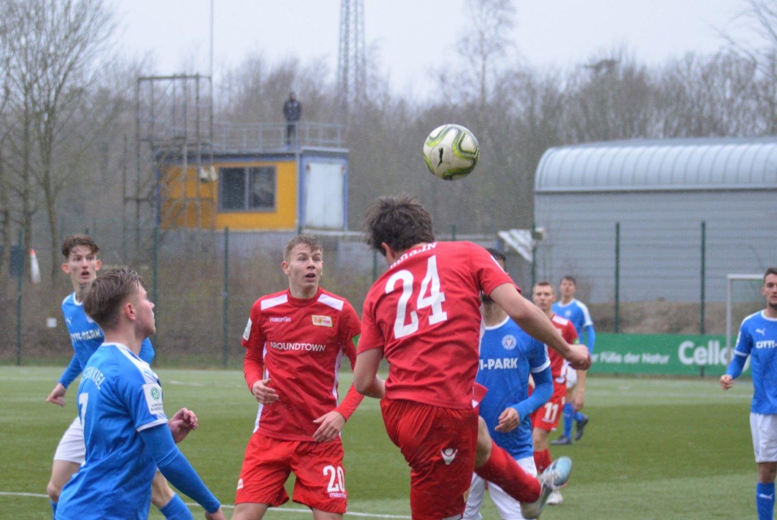 Der Nachwuchs von Kiel und Union kämpft um den Ball im Bundesliga-Spiel, das 1:0 für Union endet.