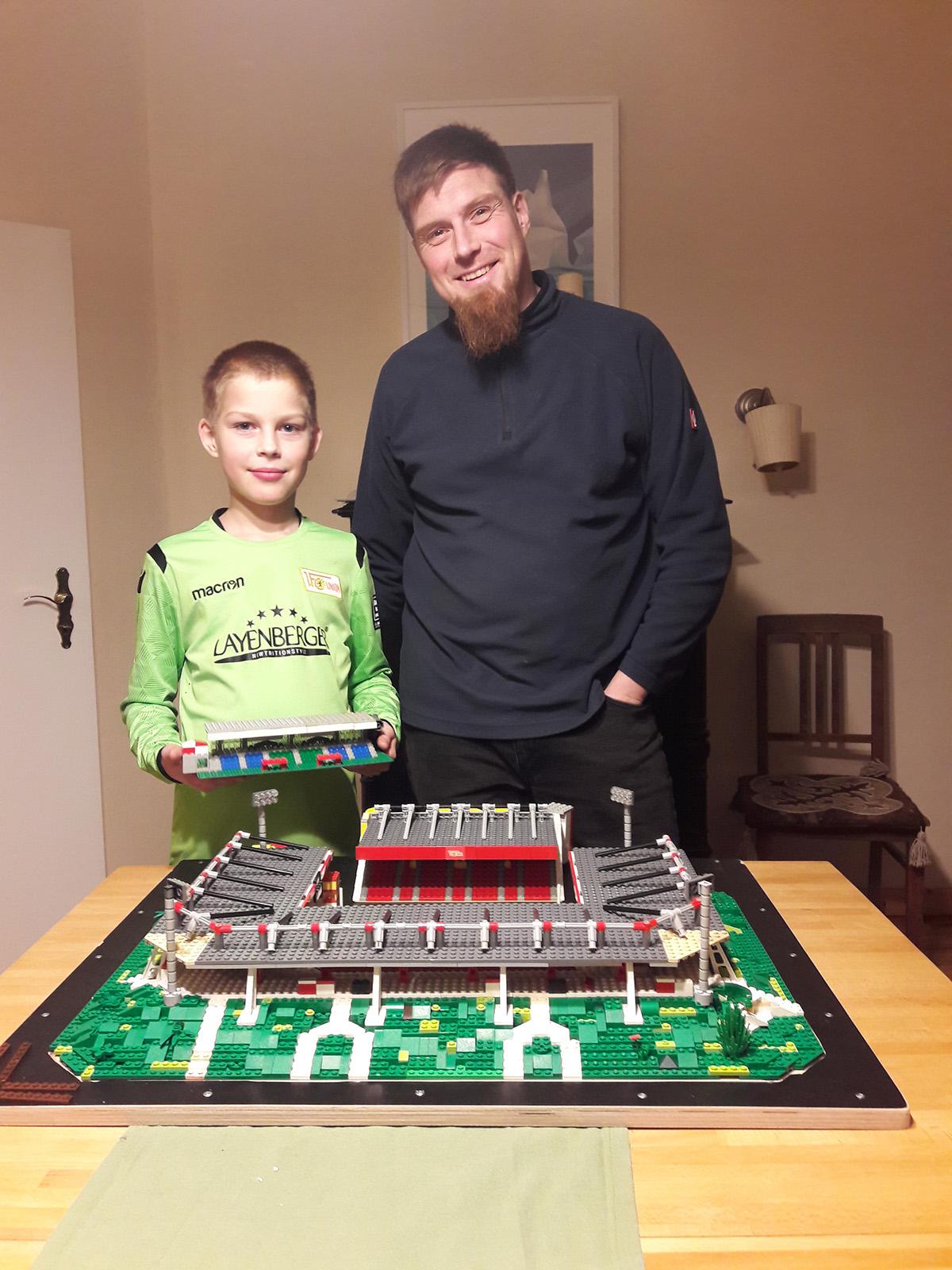 Zurecht sehr stolz: Björn und sein Sohn vor ihrem Lego-Modell des Stadions an der Alten Försterei, Foto: Björn