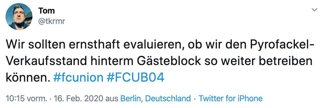 Tweet von @tkrmr: Wir sollten ernsthaft evaluieren, ob wir den Pyrofackel-Verkaufsstand hinterm Gästeblock so weiter betreiben können.