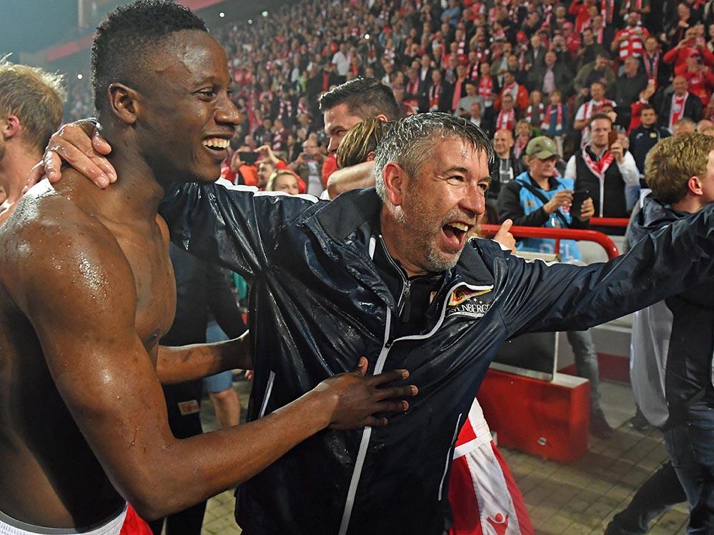 Suleiman Abdullahi und Urs Fischer jubeln über den Aufstieg in die Bundesliga, Foto: Matze Koch