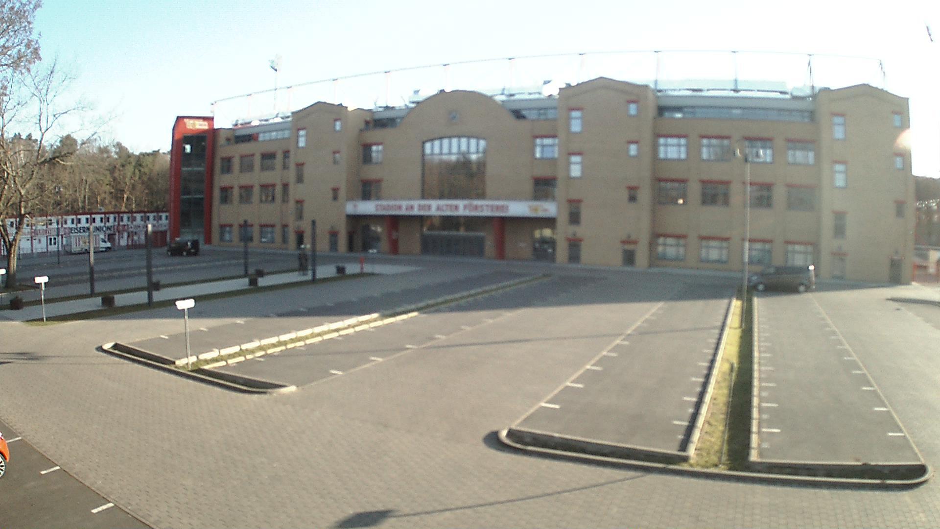 Der leere Parkplatz vor der Haupttribüne des Stadions an der Alten Försterei, Foto: Stadion-Webcam