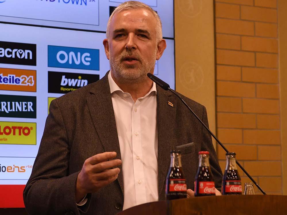 Präsident Dirk Zingler spricht auf der Pressekonferenz über die Auswirkungen des Coronavirus