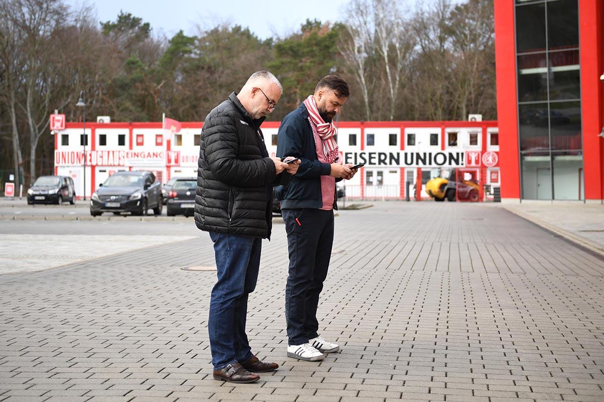 in der Woche vor der Absage der Bundesliga-Spiele überschlugen sich die Nachrichten: Dirk Zingler und Pressesprecher Christian Arbeit checken die Lage auf ihren Telefonen am 13.März, Foto: Matze Koch
