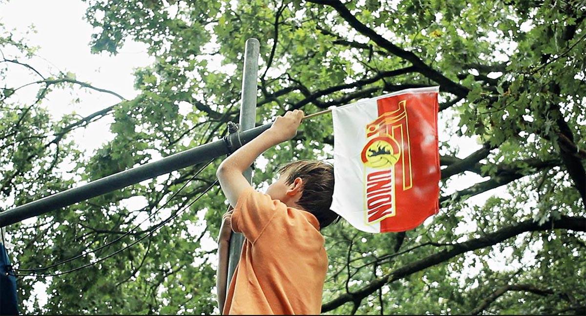 Szene aus Union fürs Leben: Eine Unionfahne wird aufgehängt, Foto: Weltkino