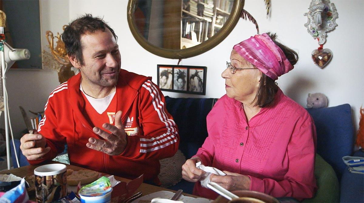 """Szene aus Union fürs Leben: Chris """"Lopez"""" Lopatta mit seiner Mutter; Foto: Weltkino"""