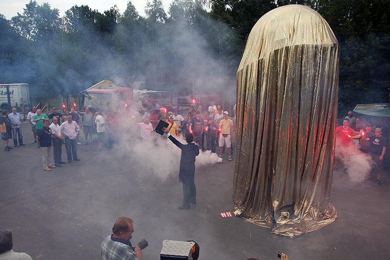 Enthüllung des Stadionbauerdenkmals 2009, Foto: Tobi/unveu.de