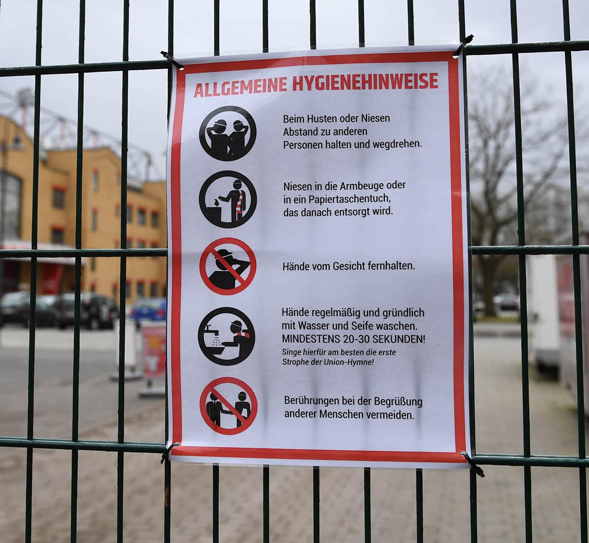 Hygienehinweis am Stadion zu Beginn der Coronavirus-Epidemie in Berlin am 13.03. 2020, Foto: Matze Koch