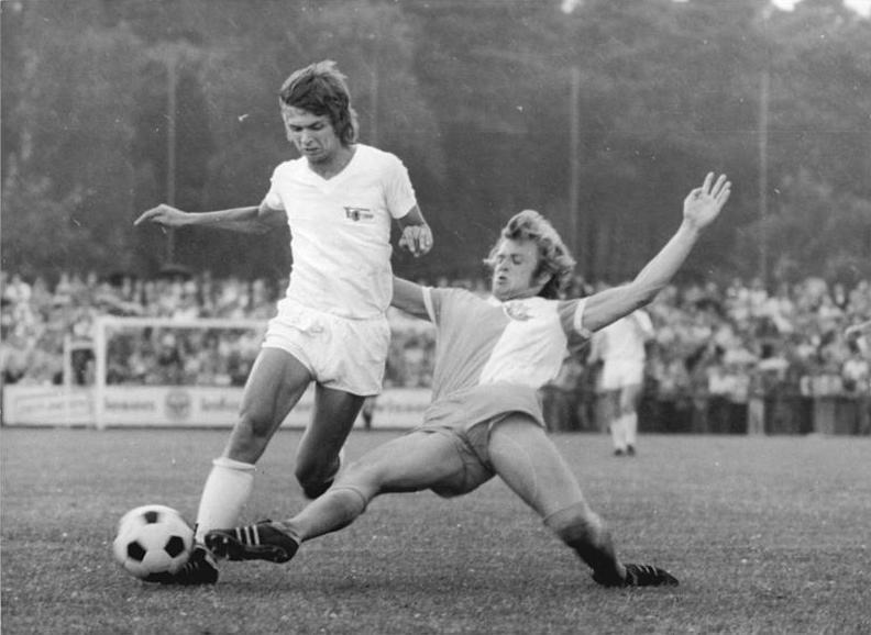 Aufstiegsspiel 1.FC Union Berlin - FC Hansa Rostock 1: 1: Karsten Heine (l.) setzt sich gegen seinen Rostocker Gegenspieler durch. Foto: Bundesarchiv, Bild 183-R0619-024 / Mittelstädt, Rainer / CC-BY-SA 3.0
