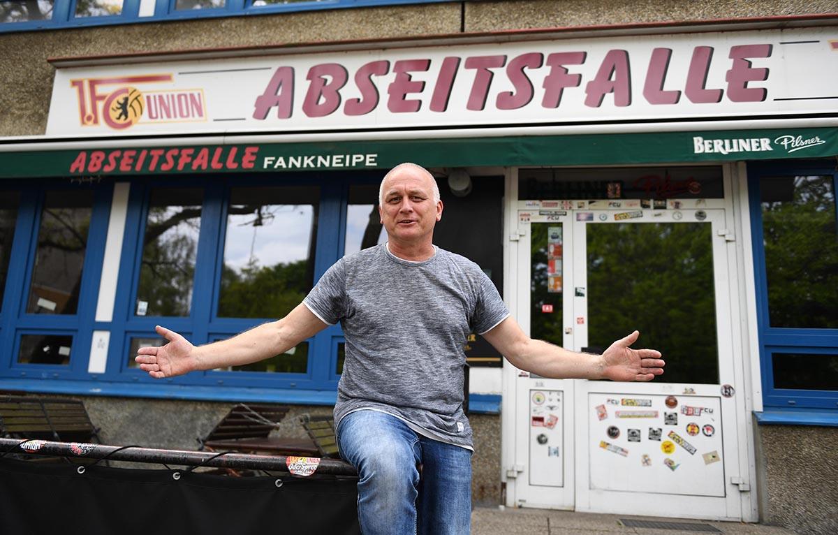 Inhaber Michael Frank vor der Union-Berlin-Fankneipe Abseitsfalle