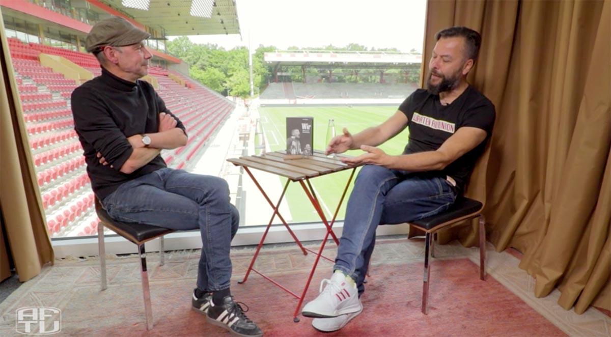 """Jan Hollants im Gespräch mit Christian Arbeit über das Buch """"Wir. Bilder aus der Alten Försterei"""", Screenshot: AFTV"""