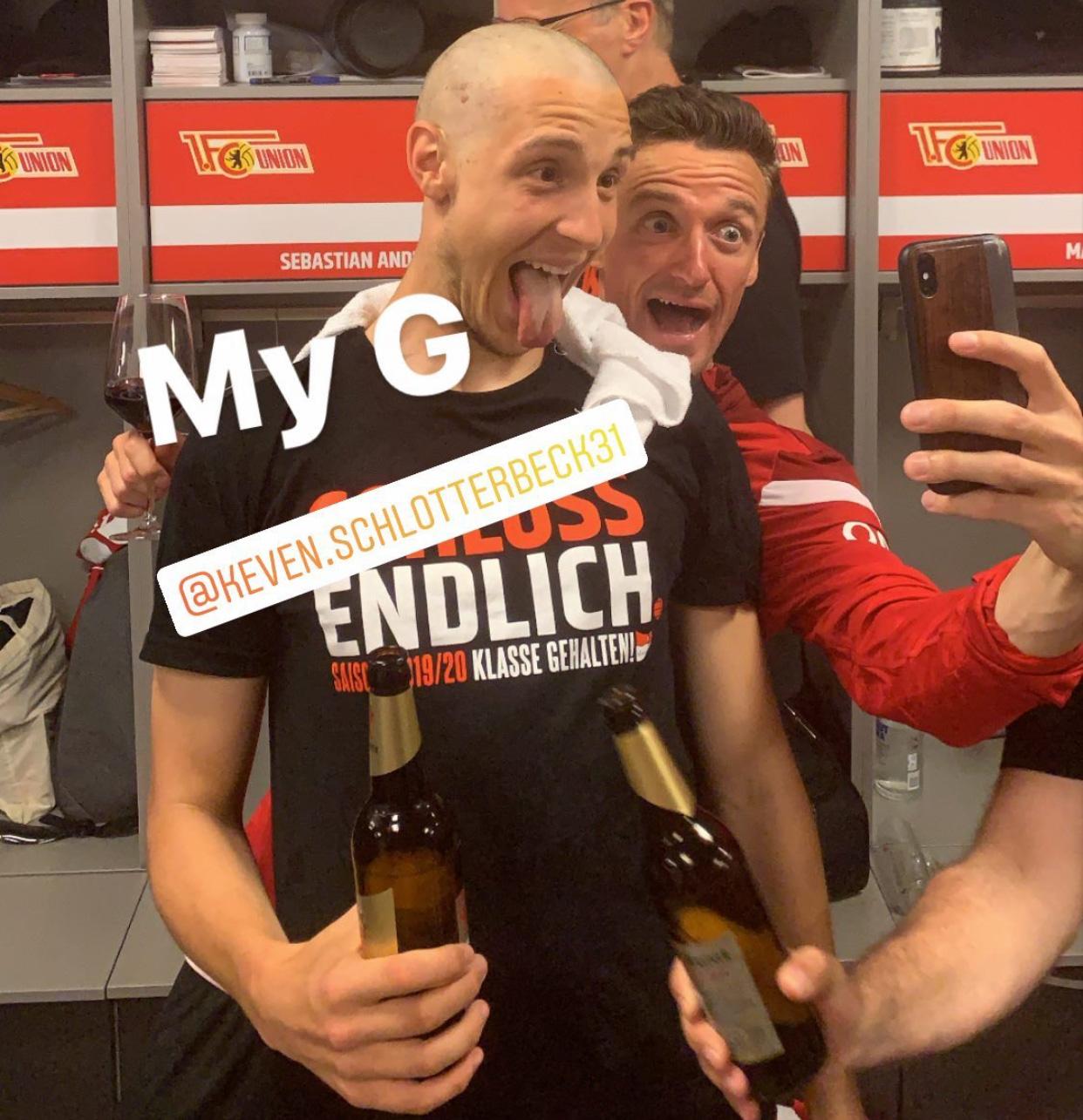 Christian Gentner macht ein Foto mit Keven Schlotterbeck, der Glatze trägt