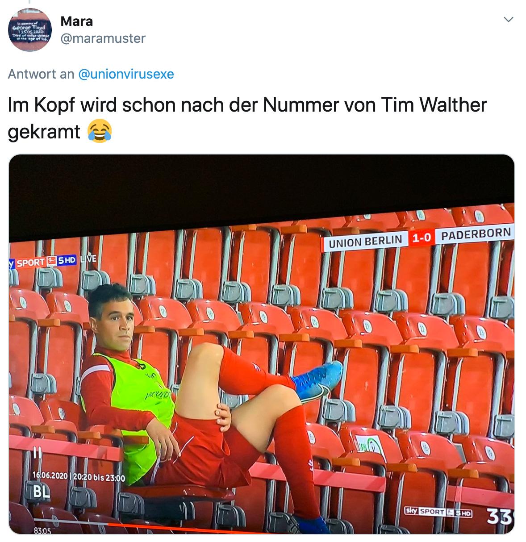 Manuel Schmiedebach beim Spiel gegen Paderborn auf der Tribüne