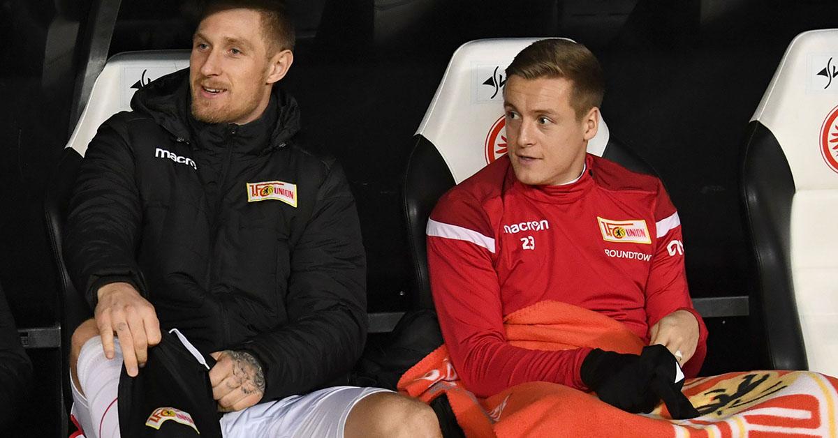 Felix Kroos sitzt beim Auswärtsspiel in Frankfurt neben Sebastian Polter auf der Bank
