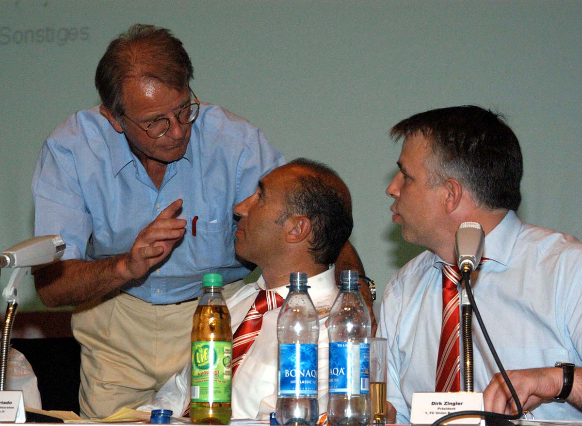 Ordentliche Mitgliederversammlung des 1. FC Union Berlin im FEZ Wuhlheide. Ex-Präsident Heiner Bertram, Aufsichtsratsvorsitzender Antonio Hurtado und Präsident Dirk Zingler (von links), 24.6. 2005, Foto: Matze Koch